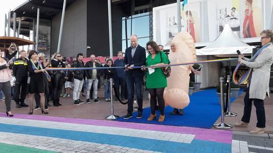 Wethouder Josephine Elliott en Martin Verbeem, voorzitter van LHBT Netwerk Zeeland, knipten het lintje door.