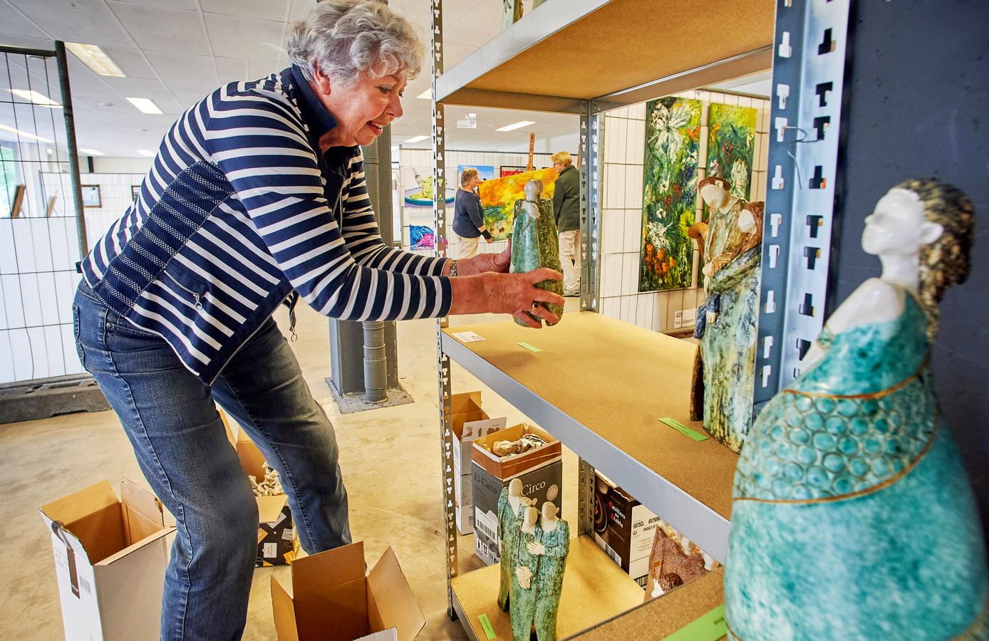 Tanja Bukman pakt een aantal beelden in bij het pand van Ruw'Art aan de Houtstraat.