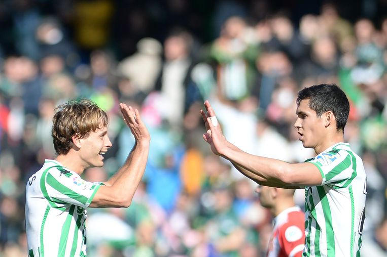 Betis-spelers Sergio Canales en Aissa Mandi.