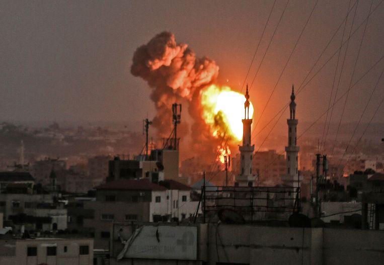 Een explosie in Gaza na een Israëlisch bombardement.