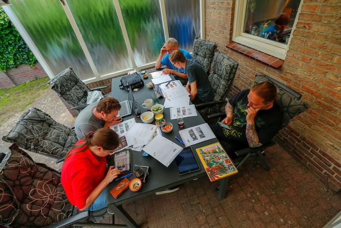 Team de Graafschap aan het puzzelen.