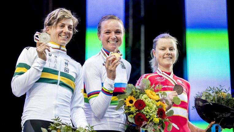 Chantal Blaak op het podium met Katrin Garfoot uit Australië (l) en Amalie Dideriksen uit Denemarken na het winnen van de wegwedstrijd. Beeld anp