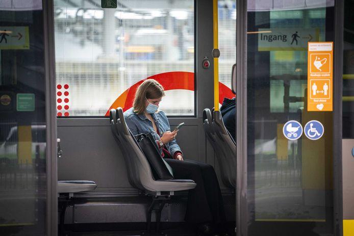 Reizigers op het busstation van Utrecht Centraal.