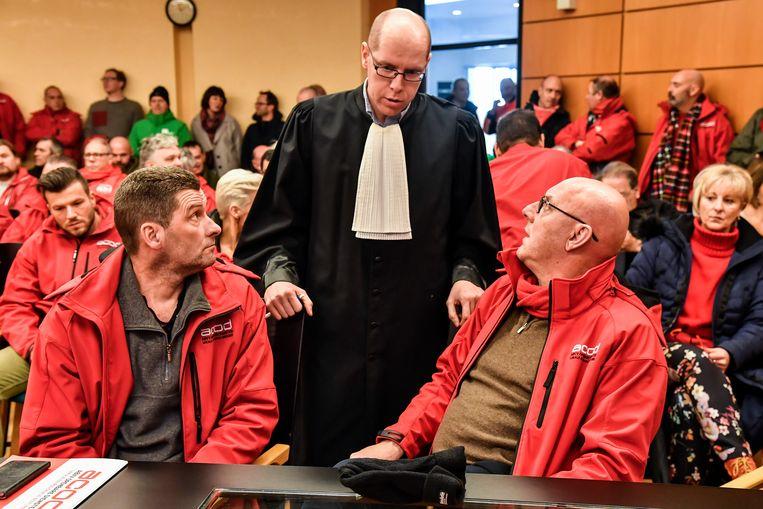 """Martin Christiaens (links) reageerde geëmotioneerd op de uitspraak. """"Recht heeft zegegevierd"""", zegt vakbondssecretaris Dirk Van Himste."""
