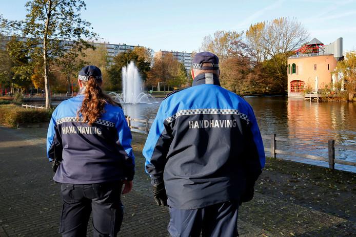 Handhavers patrouilleren door het Van Andelpark