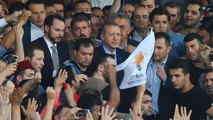 Des milliers de Turcs sont venus soutenir Erdogan de retour à Istanbul lors de la tentative de putsch.