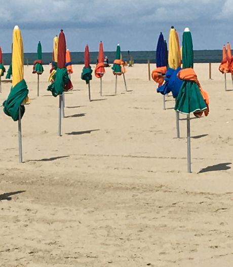 Zomerfoto's: Kleurig in het gelid staan op het strand van Deauville