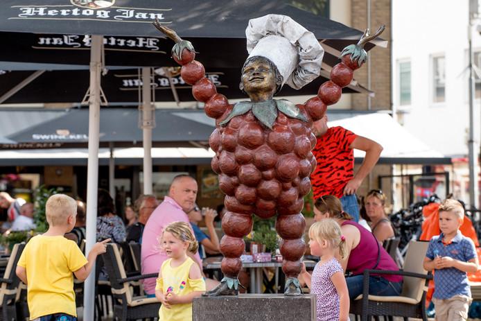 Tiel 29/07/2019 Groeten Uit Tiel Flipje standbeeld op de Markt is een belangrijke toeristische trekpleister iov Gelderlander foto Raphael Drent