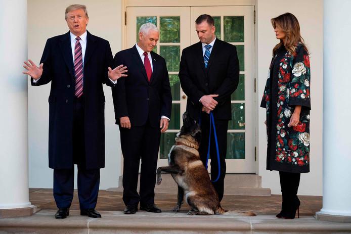 Van links naar rechts: President Donald J. Trump, vice-president Mike Pence, Conan en zijn begeleider en First Lady Melania Trump