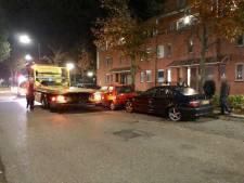 Automobilist rijdt tegen twee geparkeerde auto's