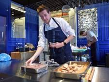 Thijs kookt in de etalage van pop-up bios Koning van Engeland