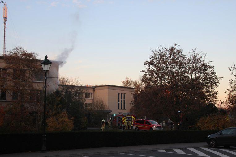 Bij aankomst van de brandweer kwam er rook uit de bovenste verdieping.