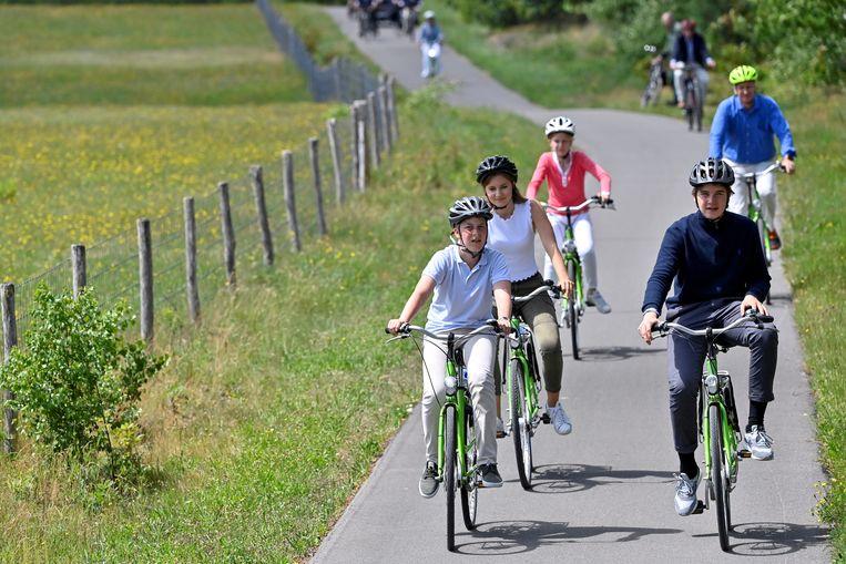 De koninklijke familie fietst door Limburg