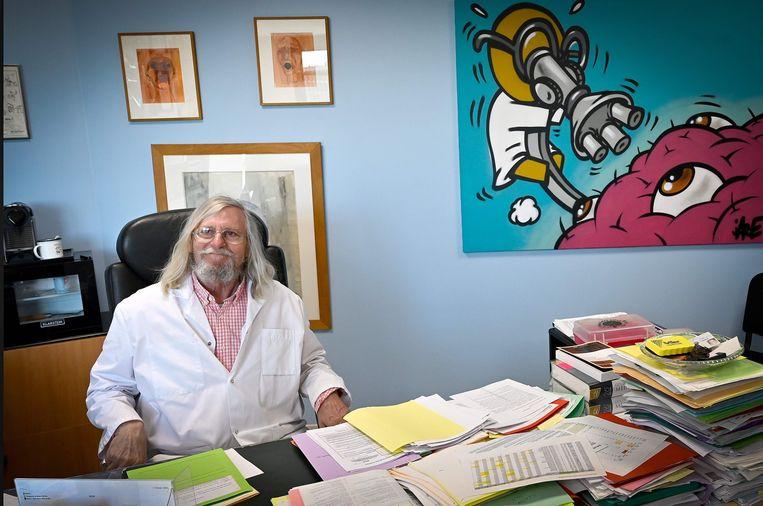 De beroemde infectioloog Didier Raoult uit Marseille zei na zijn kleinschalige studie over chloroquine: 'We denken het medicijn tegen het coronavirus te hebben gevonden.' Beeld AFP