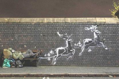 Nieuwe muurschildering van Banksy baadt in kerstsfeer en kaart probleem daklozen aan