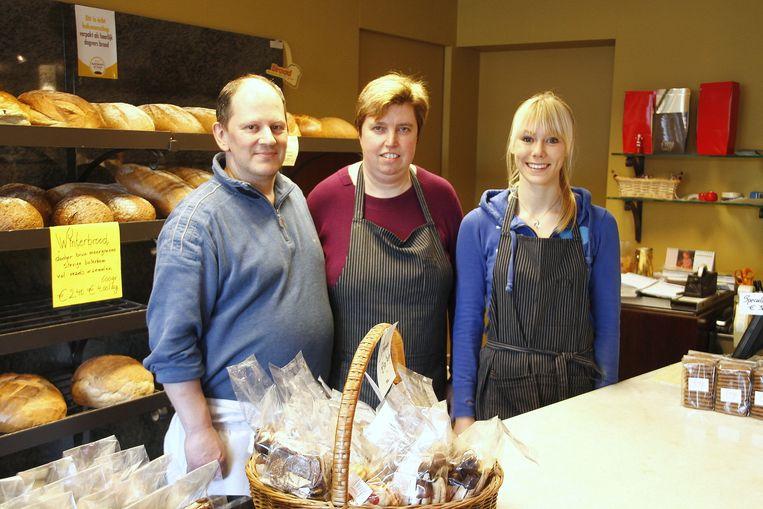 Bakker Dominiek met zijn vrouw Claudine en hun medewerkster tijdens de laatste openingsdag.