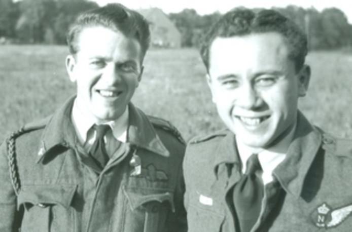 De bemanningsleden John Henry Skelly (links) en Peter James Lim van het 409 Squadron Royal Canadian Air Force.