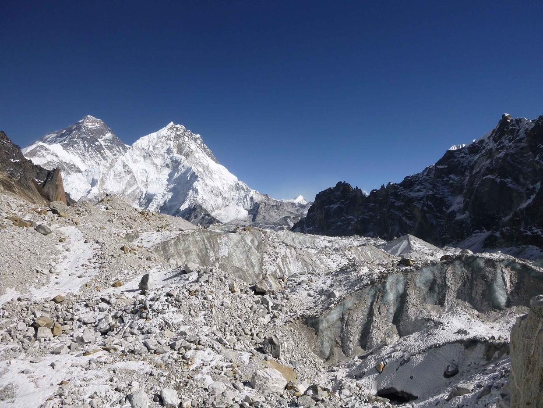 Een gletsjer in de Himalaya. Op de achtergrond de Mount Everest.