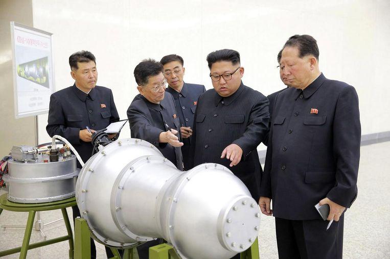 De Noord-Koreaanse leider Kim Jong-un inspecteert een onderdeel van het wapenprogramma. Beeld reuters