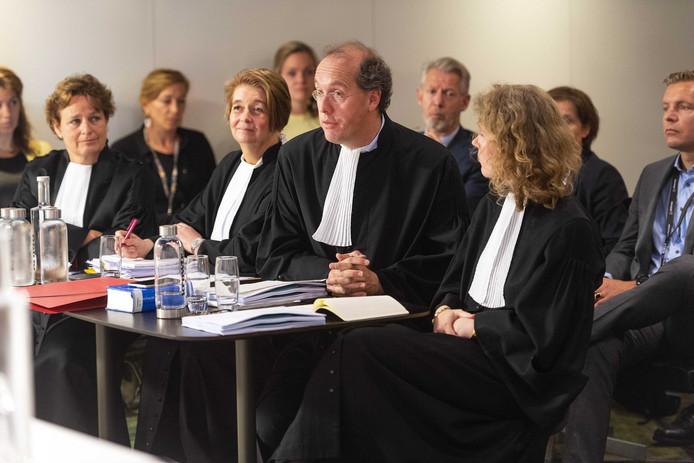 De advocaten van de gemeente Haarlemmermeer en Schiphol tijdens het kort geding van Schiphol tegen de vakbonden.
