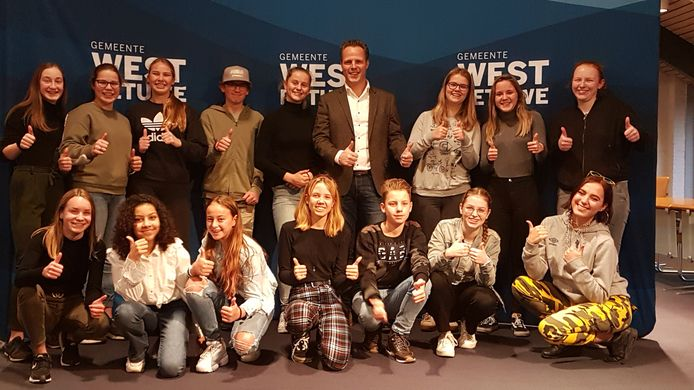 De bijna voltallige jongerenadviesraad van West Betuwe.