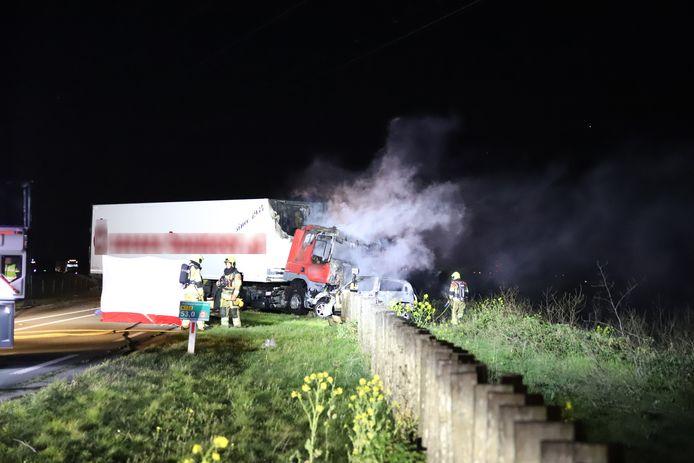 Het ongeval gebeurde rond 04.40 uur ter hoogte van de aansluiting met de N323 bij Beneden-Leeuwen.