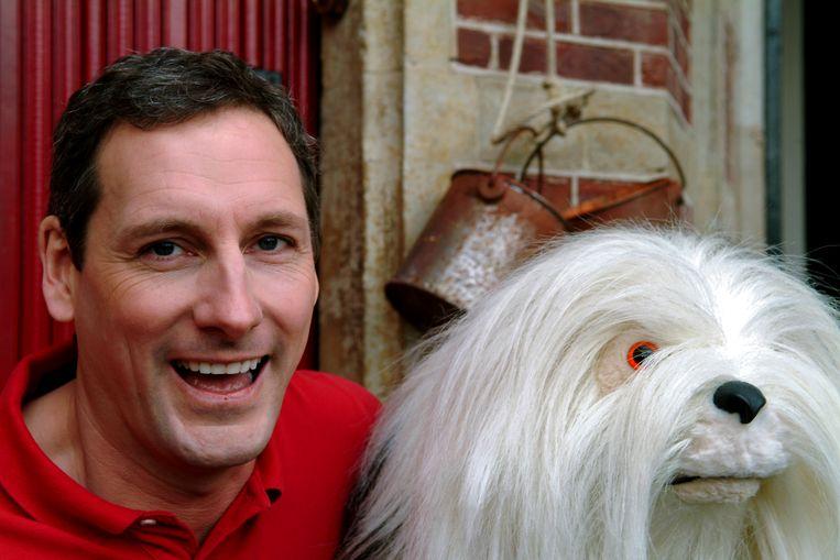 Gert Verhulst en de poppenhond Samson.  Beeld ANP Kippa