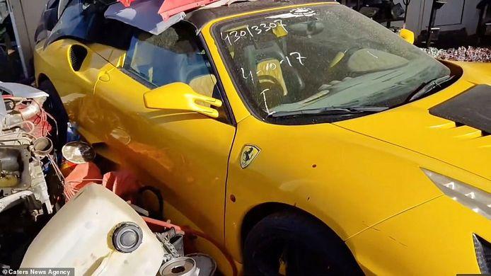 Een gele Ferrari is bedekt met onderdelen.