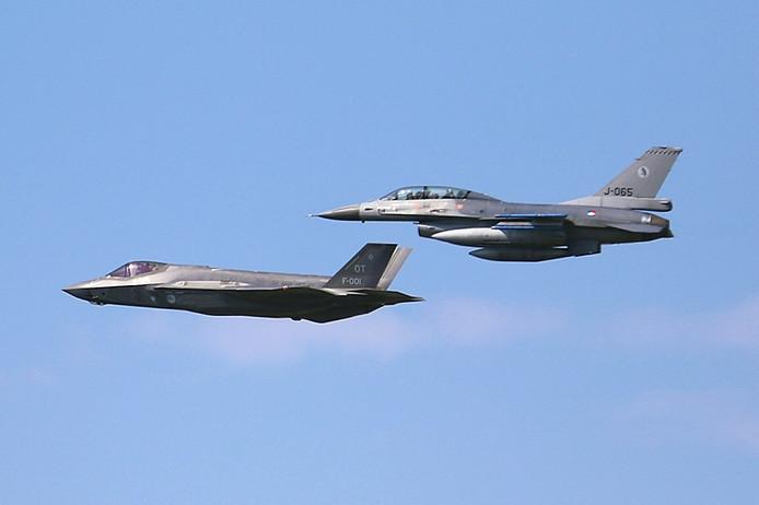 De nieuwe F35 vliegt voorbij vliegbasis Gilze- Rijen, naast de oude F16.