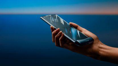 """Lenovo lanceert klaptelefoon met vouwbaar 6,2""""-oledscherm begin 2020"""