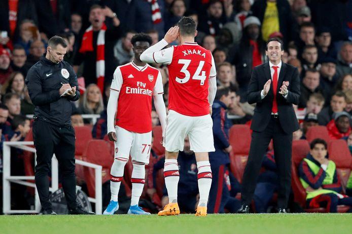 Granit Xhaka doet zijn hand naar zijn oor, nadat hij door duizenden fans wordt uitgefloten in het Emirates Stadium van Arsenal.