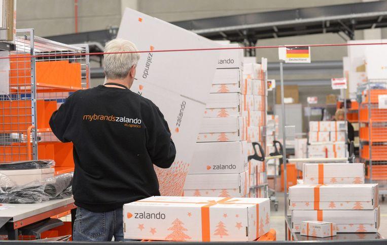 Een medewerker van Zalando in het logistiek centrum in de Duitse stad Erfurt. Beeld ANP