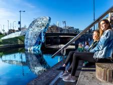 Plastic walvis springt nog de hele zomer uit de Catharijnesingel