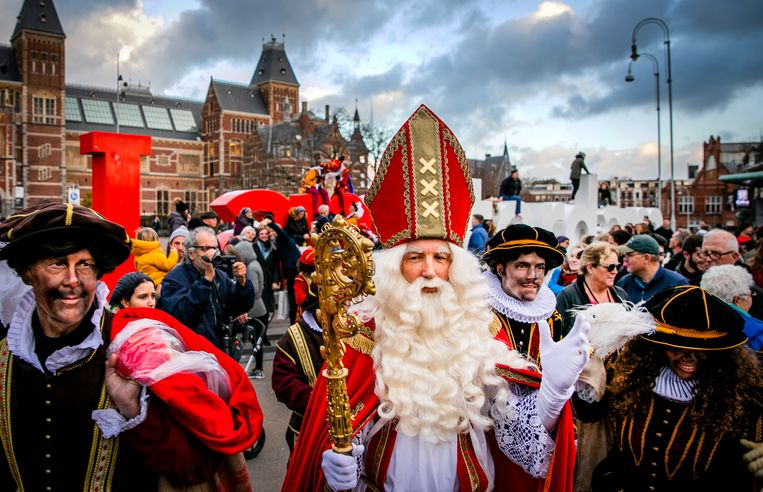 Sinterklaas en Pieten komen in 2018 aan op het Museumplein om te schaatsen op de ijsbaan. Beeld Hollandse Hoogte /  ANP