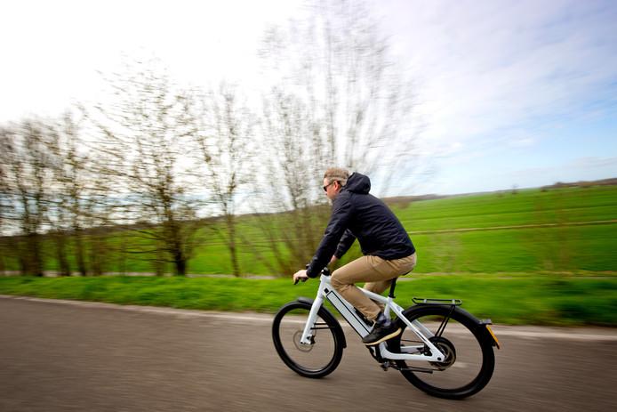 Werkgevers kunnen met subsidie een e-bike pool opzetten om forensen enthousiast te krijgen voor de elektrische fiets.
