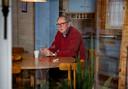 Schrijver Peter van Vlerken aan de keukentafel.