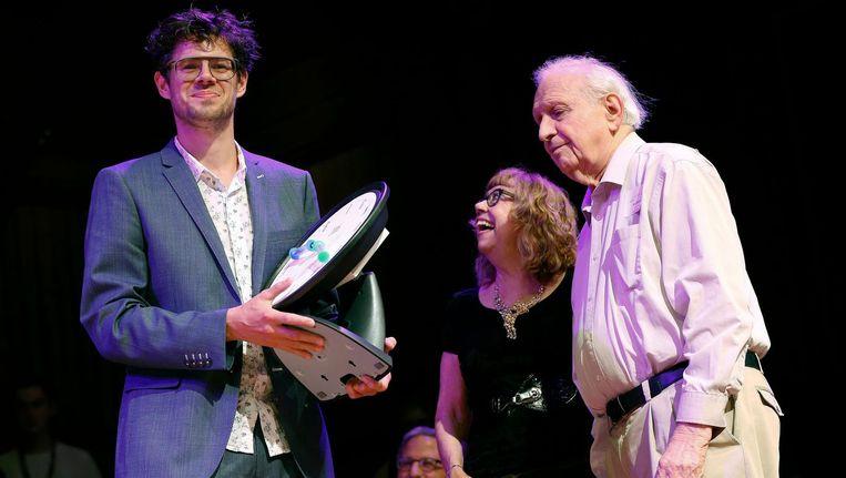 Bruno Verschuere (L), onderzoeker aan de Universiteit van Amsterdam, krijgt zijn Ig Nobelprijs uitgereikt. Beeld AP