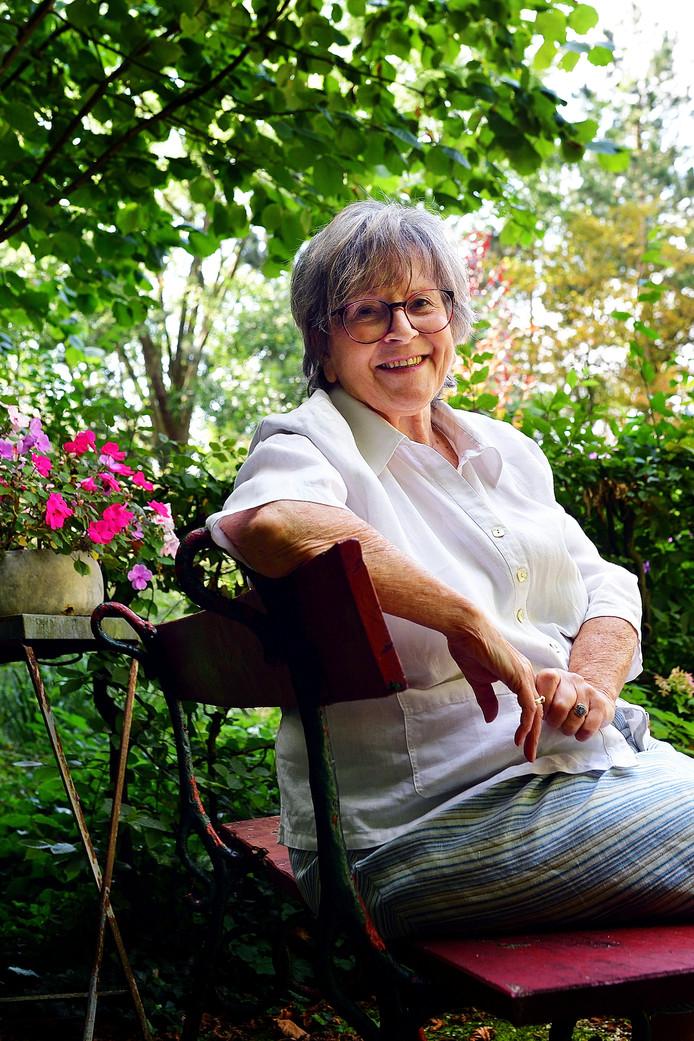 Gierzwaluwspecialist  Marjos Mourmans.