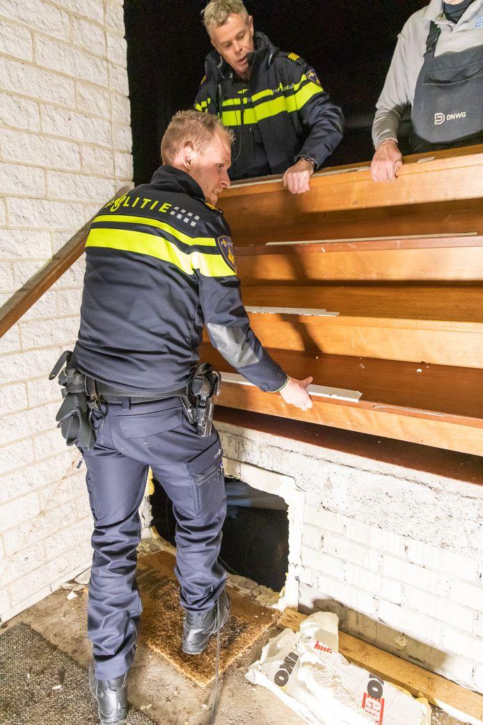De toegang tot de hennepkwekerij zat verscholen onder een trap naar het podium.