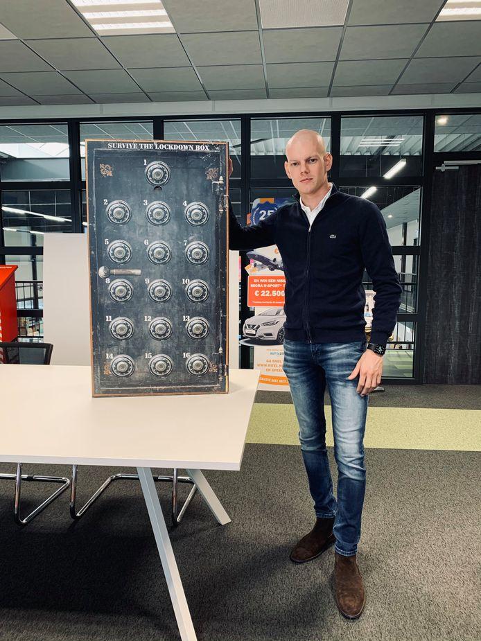Tim de Vos, één van de initiatiefnemers, met de Survive The Lockdown Box.