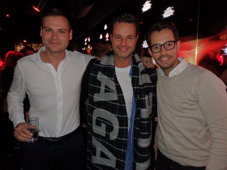 Stylist Fred van Leer (m): 'Ja leuk, maar bizar dat Lil' er niet is.' Met trader Vincent Allertz en Niels Smit (MME Hospitality) Beeld Schuim