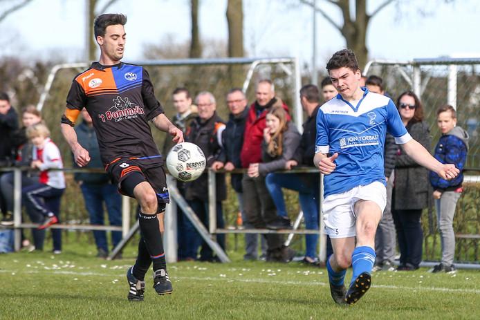 Willem van Welie geeft een voorzet in de topper tegen Avios/DBV.