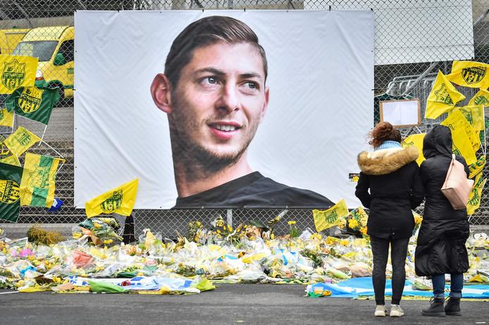 Bloemen en steunbetuigingen bij een portret van Sala in Nantes.