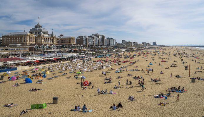 Door het coronavirus zal het ook in Nederland waarschijnlijk druk worden op de stranden. Zoals op deze foto in Scheveningen op tweede pinksterdag.