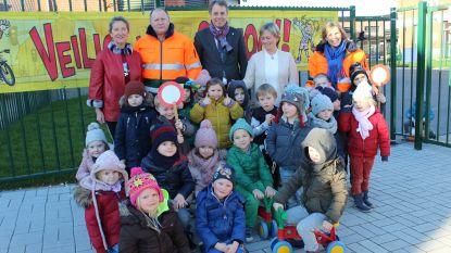 Stad schenkt fluojassen aan gemachtigde opzichters van alle lagere scholen