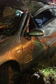Auto knalt tegen boom langs A35 bij Hengelo, bestuurder lichtgewond