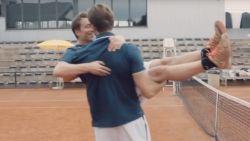 Wat doen Guga Baúl en Niels Destadsbader in een innige omhelzing op een tennisveld?