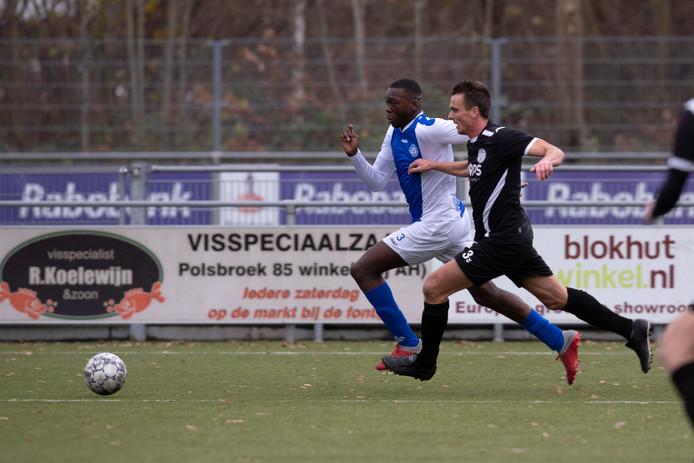Michel Bakanga van Be Quick Zutphen snelt langs zijn tegenstander.