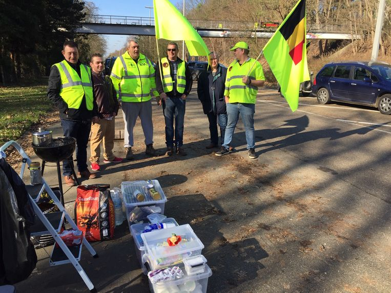 De Gele Hesjes voeren actie onder de fietsbrug over de Europalaan in Genk.