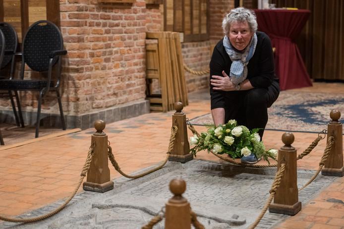 Nellie Claessen bij het graf van Dick van Toor, ze is de nieuwe consul Oorlogsgravenstichting.